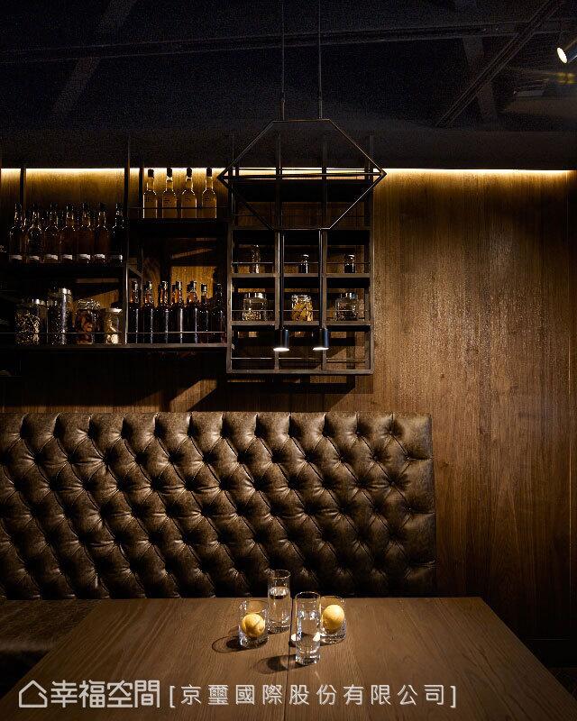 鐵件於座位後發延續著窗花的幾何表現,瓶瓶罐罐的酒展示其間,裝飾也提點著空間主體。