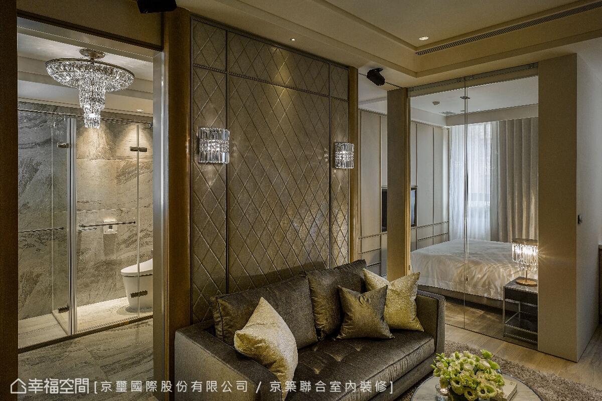 京璽國際團隊以客廳為匯聚軸心,結合動線規劃及視角比例的鋪排,將居者的優雅品味引領出來。