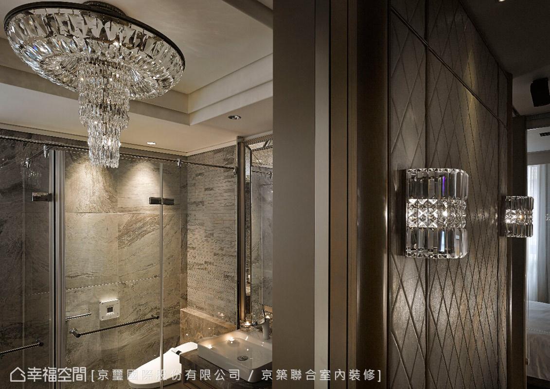 在簡潔明淨的場域中,透過帶有裝飾性的訂製壁燈與吊燈,其耀眼光芒映照出「輕古典奢華」的風采。