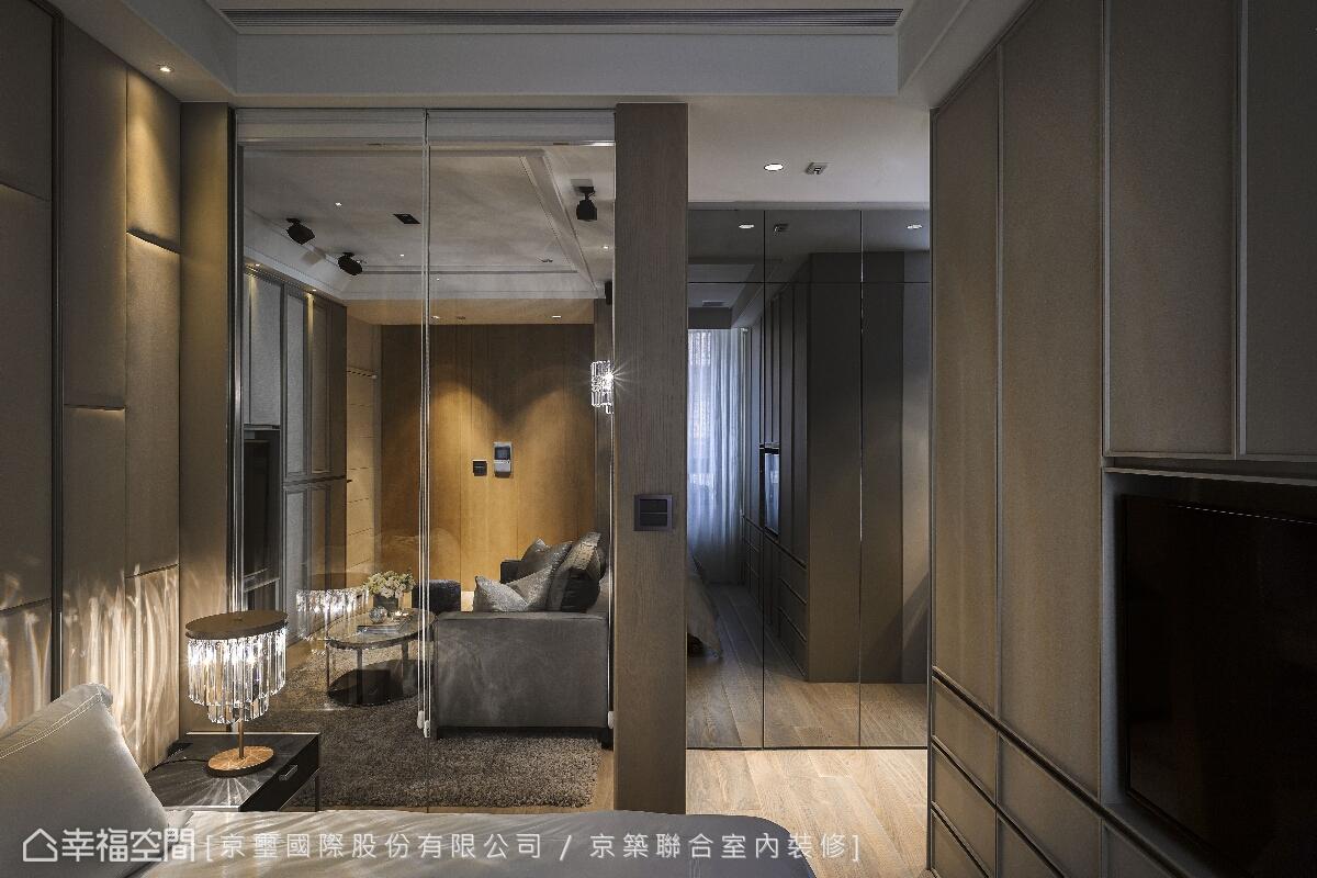 運用清透玻璃與鏡面材質的輝映,讓臥房空間增添線面堆疊的層次感。
