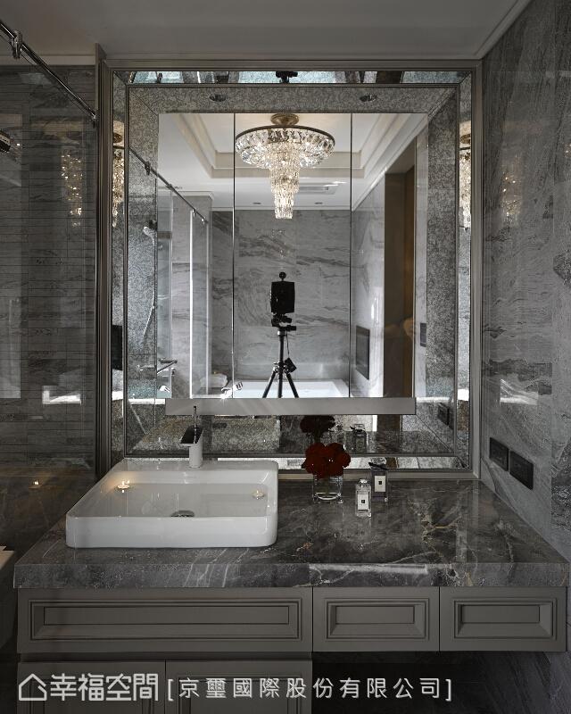 透過古典線板、華美吊燈、石材與鏡面鋪設來形塑風格,形構尊貴的生活體驗。