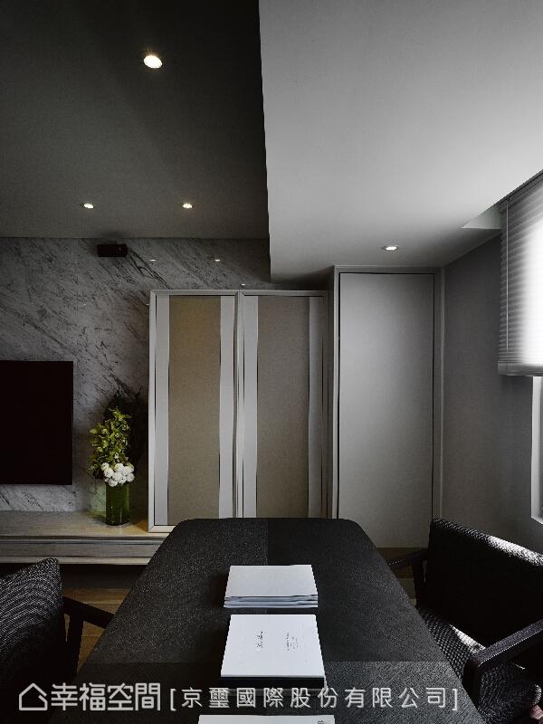 為屋主量身打造的訂製家具,以俐落的水平與垂直線條勾勒整體用餐的氛圍,並講究內部的均衡與比例。