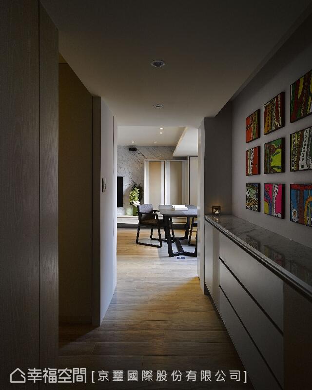 鮮明的畫作展示牆成為廊道中醒目場景;看似單純,實則用心鋪陳,使文化藝術成為生活的調味。