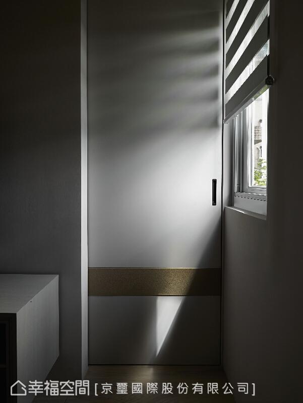 篩下的光線,經由空間與時空的合奏,烙下不朽烙印,也展演豐沛之生命力。