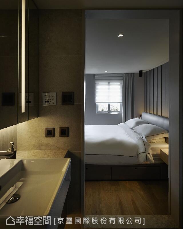 將衛浴區域的屬性隱匿界定,並於架構之中建立深度的視覺層次。