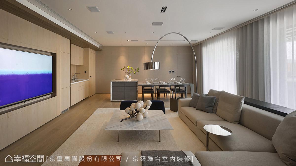 淺色木皮從客廳向後延伸涵蓋餐廚機能,細淺刻劃的線條裡內蘊隱藏式冰箱、開放式西廚與紅酒櫃廚下式加熱器…等機能,搭配牆側的灰色裱布立面,堆疊溫潤的色系層理。