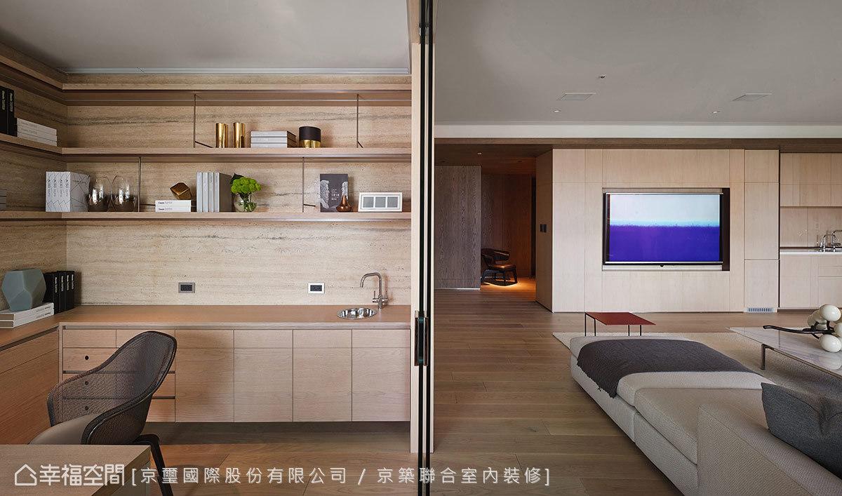 因應屋主生活習慣,京璽國際在書房內安排迷你茶水吧檯,讓空間主動貼近使用者的真實需求。