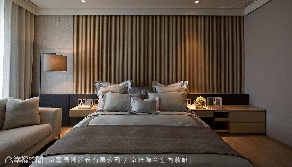周彥如設計師以精品飯店規格打造每一間臥房,因此皆配有電視、沙發與床組等完備機能。