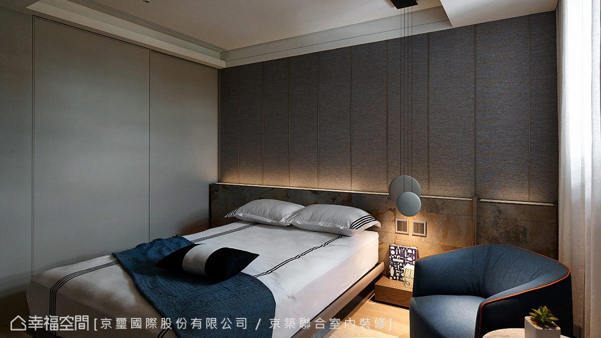 床頭處大膽運用異材質拼接表現男孩房個性,出乎意料之外的高雅質感,讓屋主非常滿意。