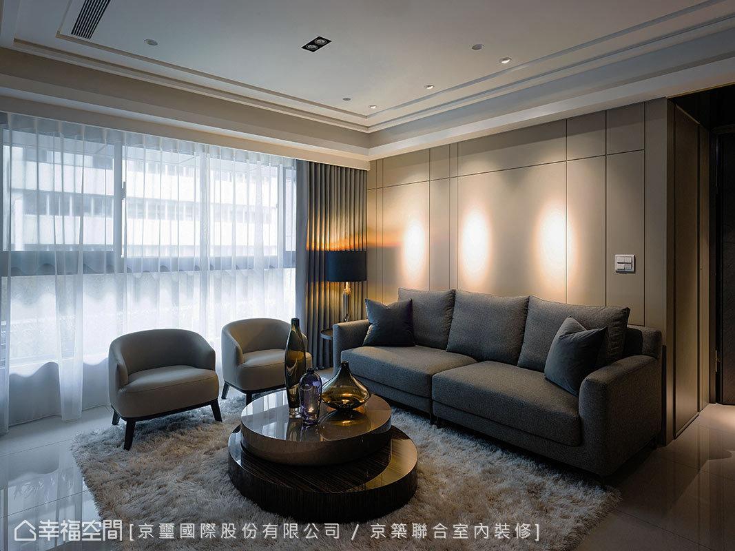 轉進客廳區,使用簡約線條與沉穩色調,鋪述當代的居宅面貌,再將居者的生活機能挹注其中,傳遞人性化的規劃與設計。