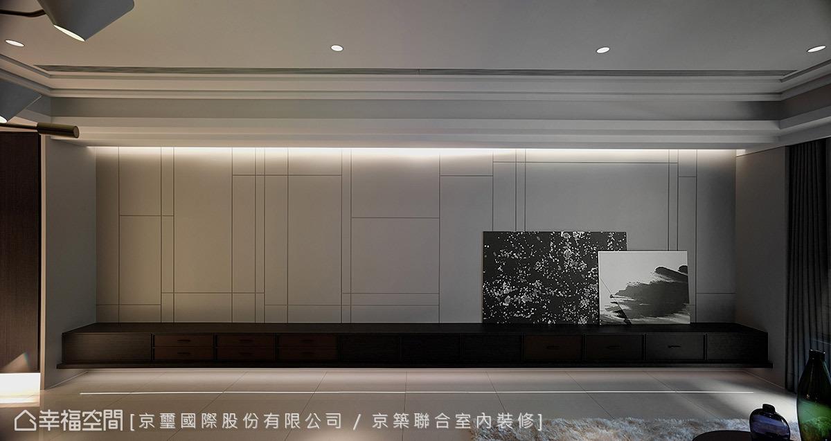 整道牆面區分成上下兩部分,上半部藉由垂直水平的交錯線條,交織簡練且俐落的畫面。下半部矮櫃色調較重,選擇雙色木皮來鋪述,其中咖啡橘的烤漆相當有質感,甚至帶有類似皮革的效果。