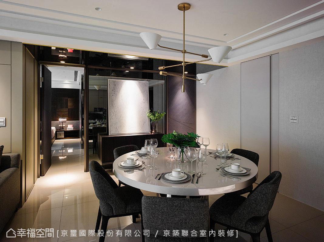餐廳主牆兩側分別為進入主臥與小孩房的廊道,並利用木皮分割斜紋門片,以隱藏門的形式作表現,另一側牆面,同樣以隱藏門的手法將廚房與客書房納入其中。