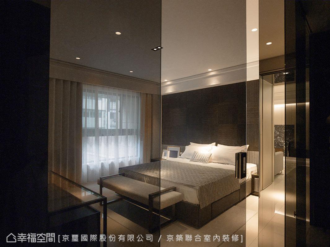 空間中,以簡練線條結合富有現代感的鏡面與玻璃等材質,為屋主打造出當代有質感的臥眠氛圍。