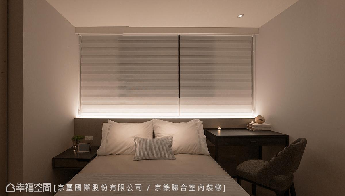 在不變動原始格局的前提下,將床頭擺放在窗下,並利用半高牆面結合投射燈光的方式,讓床頭與窗扇的距離稍微分開,增加睡眠時的安全感。