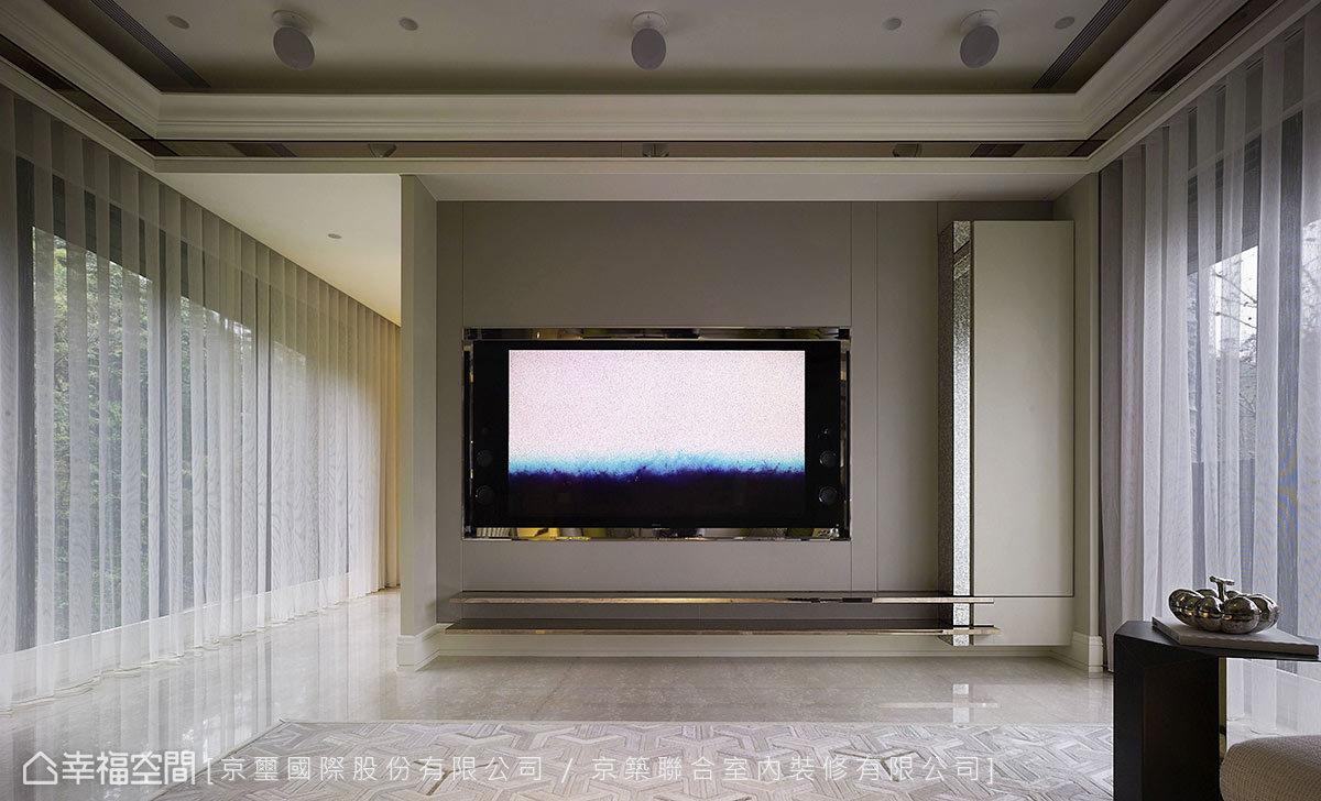 轉進內部,電視牆是幾何線條與對稱性的結合,在對稱的美式側板中,設備櫃卻是不對稱的,但透過從皮革壁面延伸到櫃體、鍍鈦層板的幾何線條,表現出卻是和諧與穩定的力量。