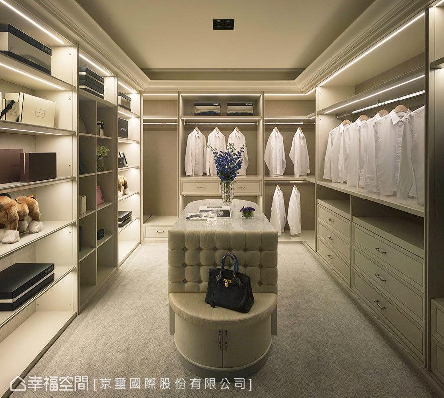 京璽國際在更衣室內,規劃三面式的收納櫃體,讓屋主擁有大量的擺放空間與展示層板,完美呈現極致工藝與貼心設計。