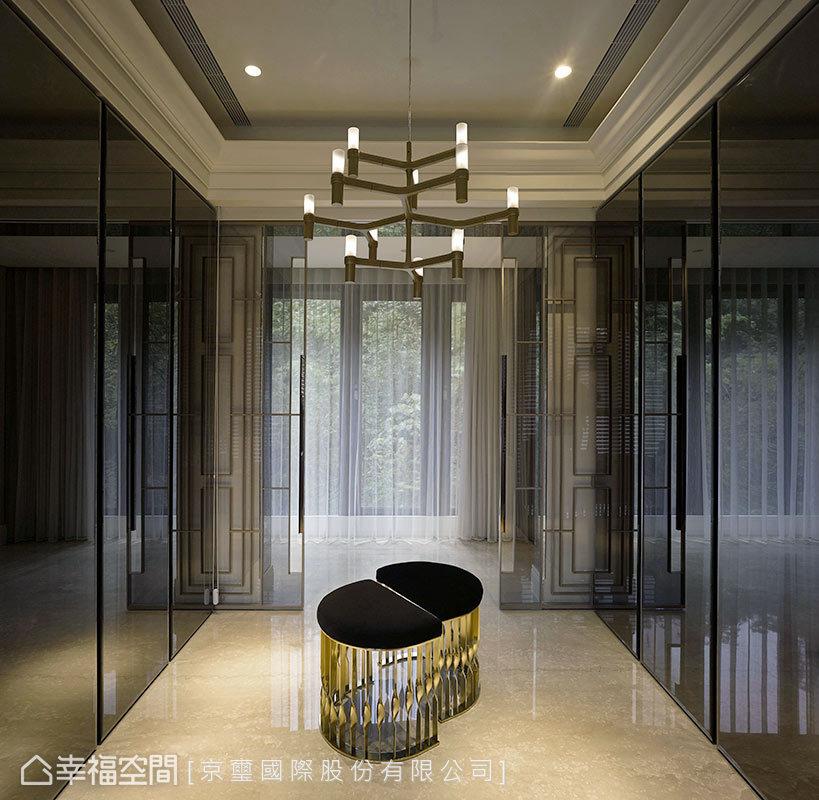 京璽國際讓空間每一個面向都是對稱性的畫面,將精緻工藝落實於生活中可觸及的面向,演繹低調優雅的品味居家。