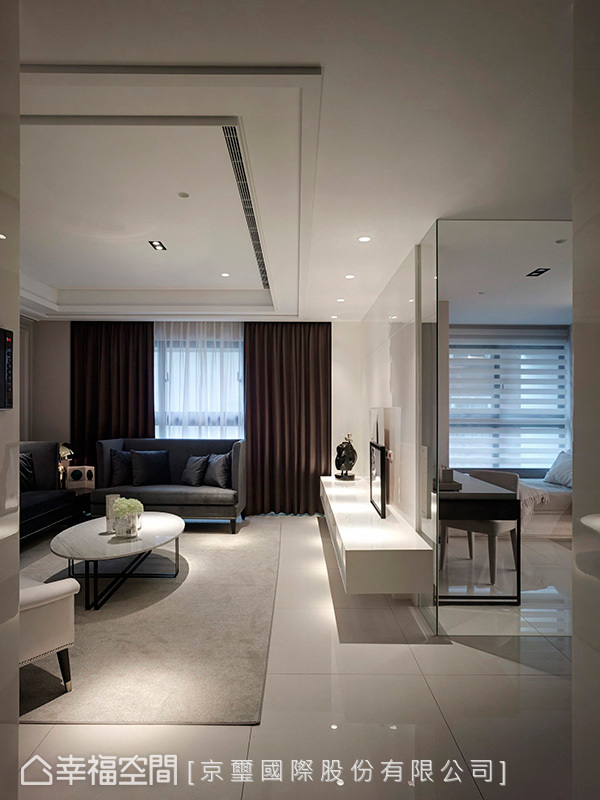 天花板以比例勻稱的特製線板,注入一絲古典表徵;巧妙變化成邊框造型,柔和線條增加立體感。