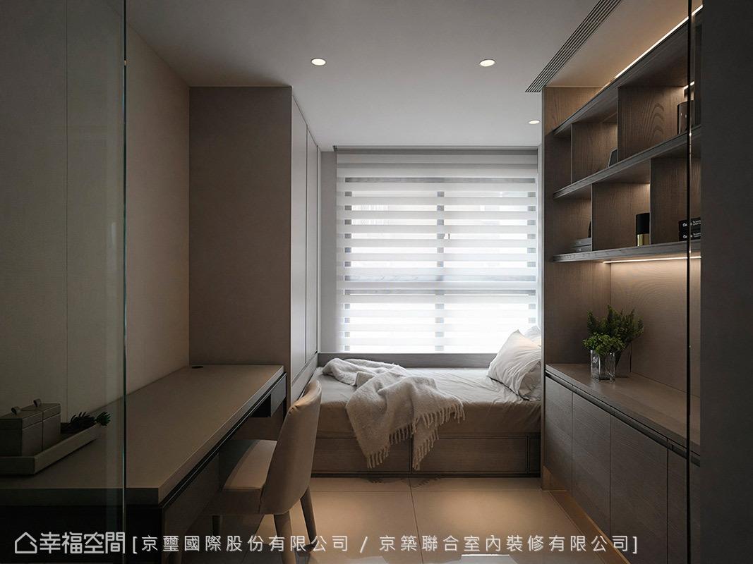 京璽國際沿窗規劃休閒臥榻,創造出舒適和放鬆段落,讓收納櫃進駐空間,與書桌合而為一,變化出書房和客房功能。