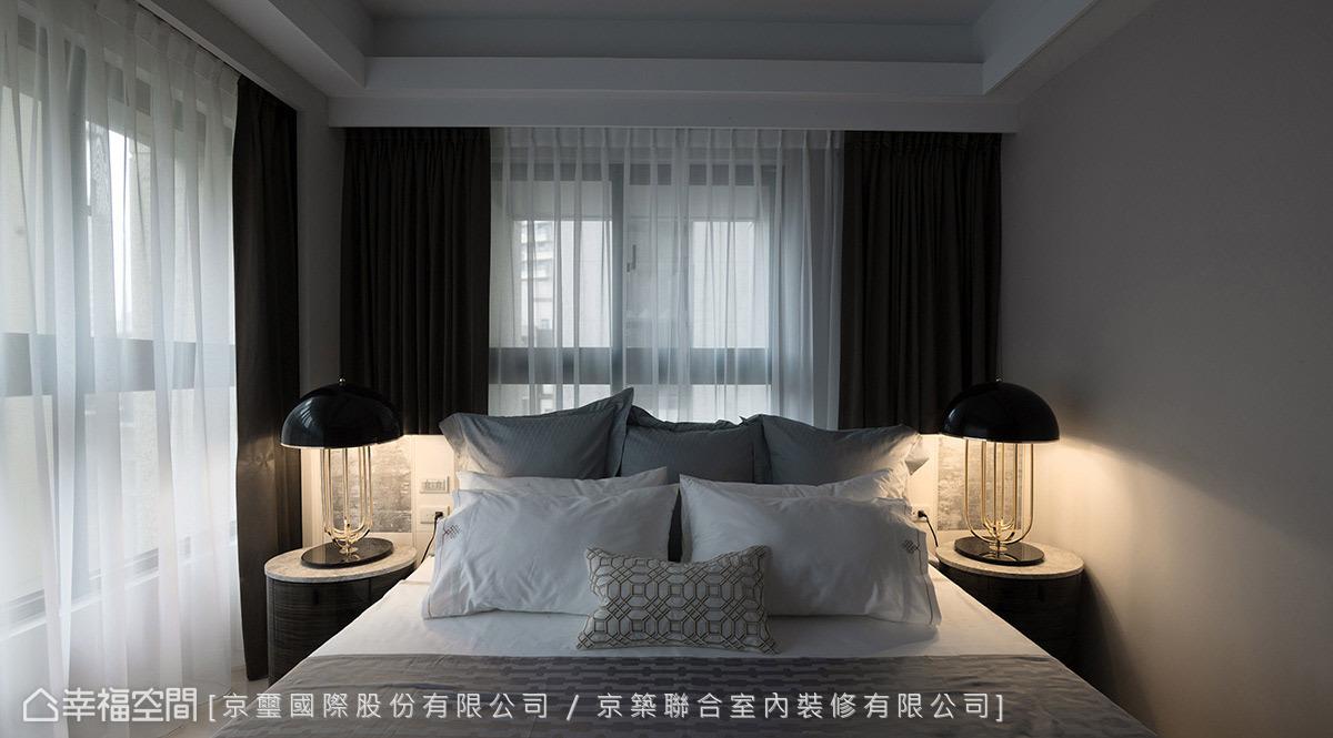保留雙面採光優勢,讓自然光環繞空間,以窗簾做跳色營造沉穩氣息,隱約散發出低調奢華。
