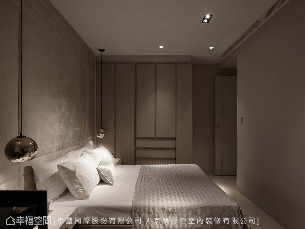 絨布裱板壁面隨著光影節奏躍動,帶來光澤感和溫暖度;櫃體使用溝縫設計,刻劃出疏密有致的線條設計,展現勻稱對比之美。