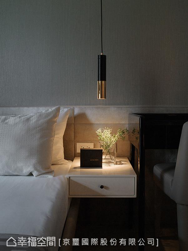 以壁紙賦予床頭背牆立體紋理,甫以連續性絨布裱板,延展出橫向線條做完美銜接收邊,在燈光的催化下,瀰漫舒適安穩的臥眠氛圍。