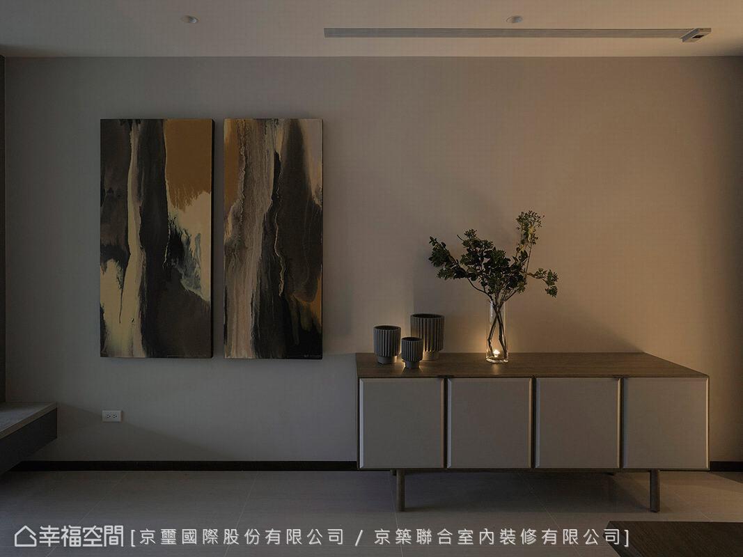 京璽國際特別挑選一幅原木意象的油畫,成為空間中一道醒目端景,為場域挹注自然原始氣息。