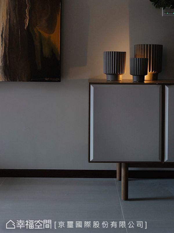 捨去過多繁複的造型堆疊,讓家回歸純粹本質,透過家具與軟件的妝點,堆砌出品味別具的居家溫度。