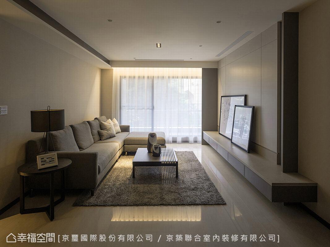 乾淨純粹的空間基底,局部透過木作造型、家具軟件堆疊視覺層次,搭配窗外灑落的和煦陽光,營造出自在無拘束的生活感。