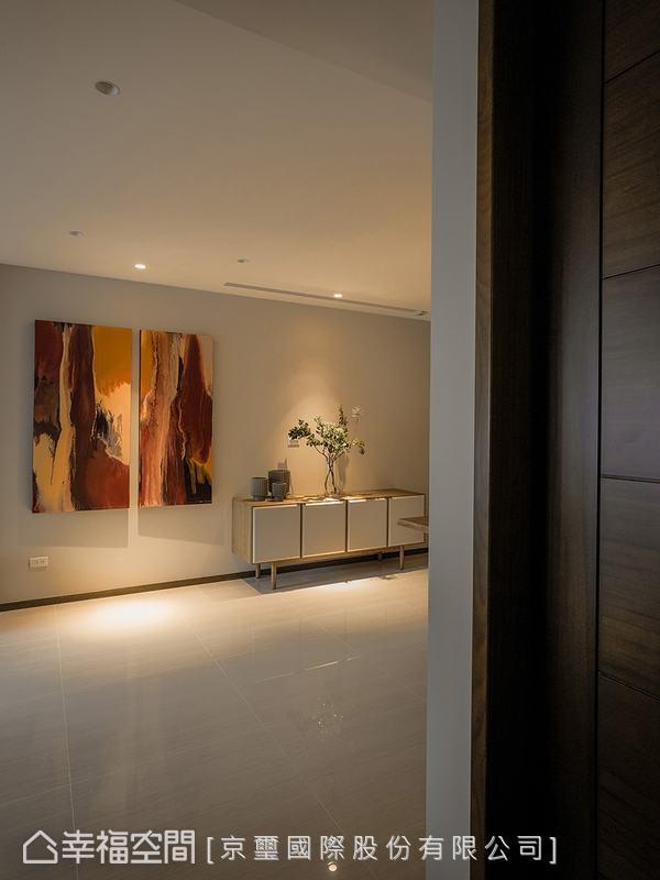 簡約無華的場域輪廓,讓家中隨處可見的藝術品成為視覺主角,人文藝術氣息自然而生。