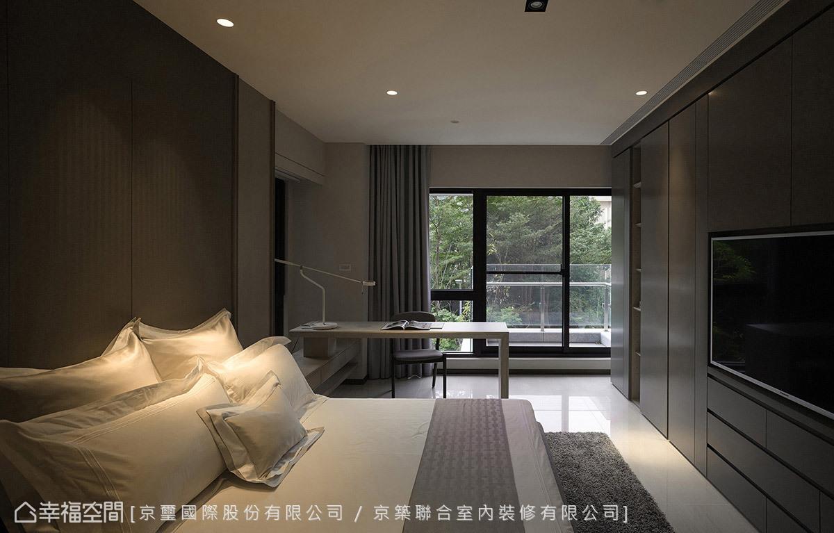 透過灰白基調營造一室沉靜安定的休憩氛圍,大面開窗延攬綠意與採光,讓屋主沉浸在大自然的寫意氛圍中,讓身心靈得到充分放鬆與休憩。