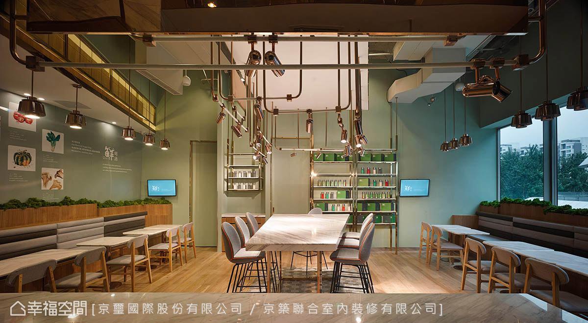 京璽國際利用大量玫瑰色鍍鈦金屬製成燈具,為整體視覺畫龍點睛,同時透過吊架的框定,界定出空間的領域性。