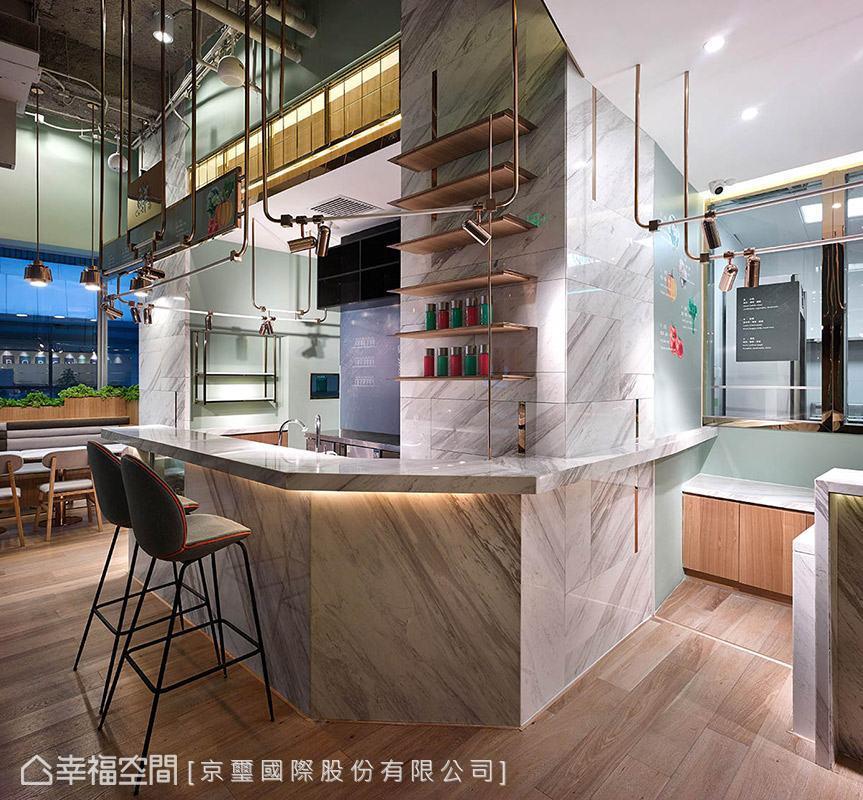 選用大理石圍塑出吧檯區,再次提升空間的質感與精緻度,體現新興餐飲文化的價值。