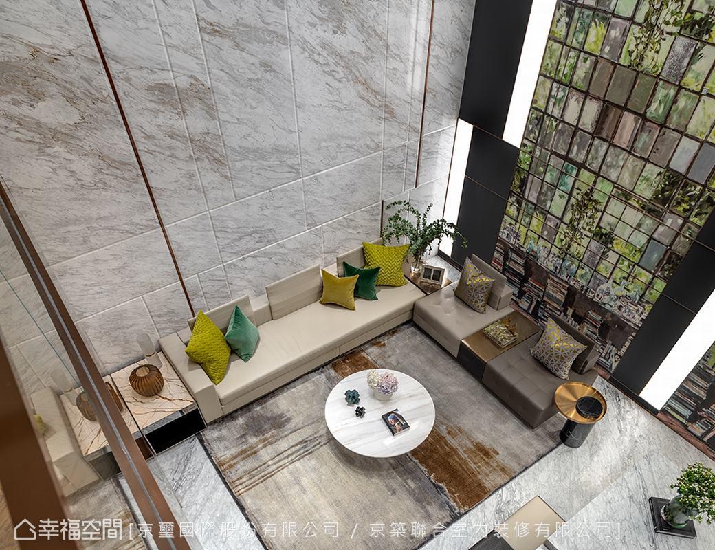 僅有一扇天井、採光不足的地下室,藉由空間的主角——以歐洲手工藝術壁紙拼貼花園景致、流瀉天光天幕的綠意造型牆,刻鑿出充滿想像力的精采視覺畫面!另個面向則運用淺色系石材為背景,搭佐線性金屬飾條,臨摹輕盈大器的潑墨紋理,共同創造挑高明亮的空間氛圍。