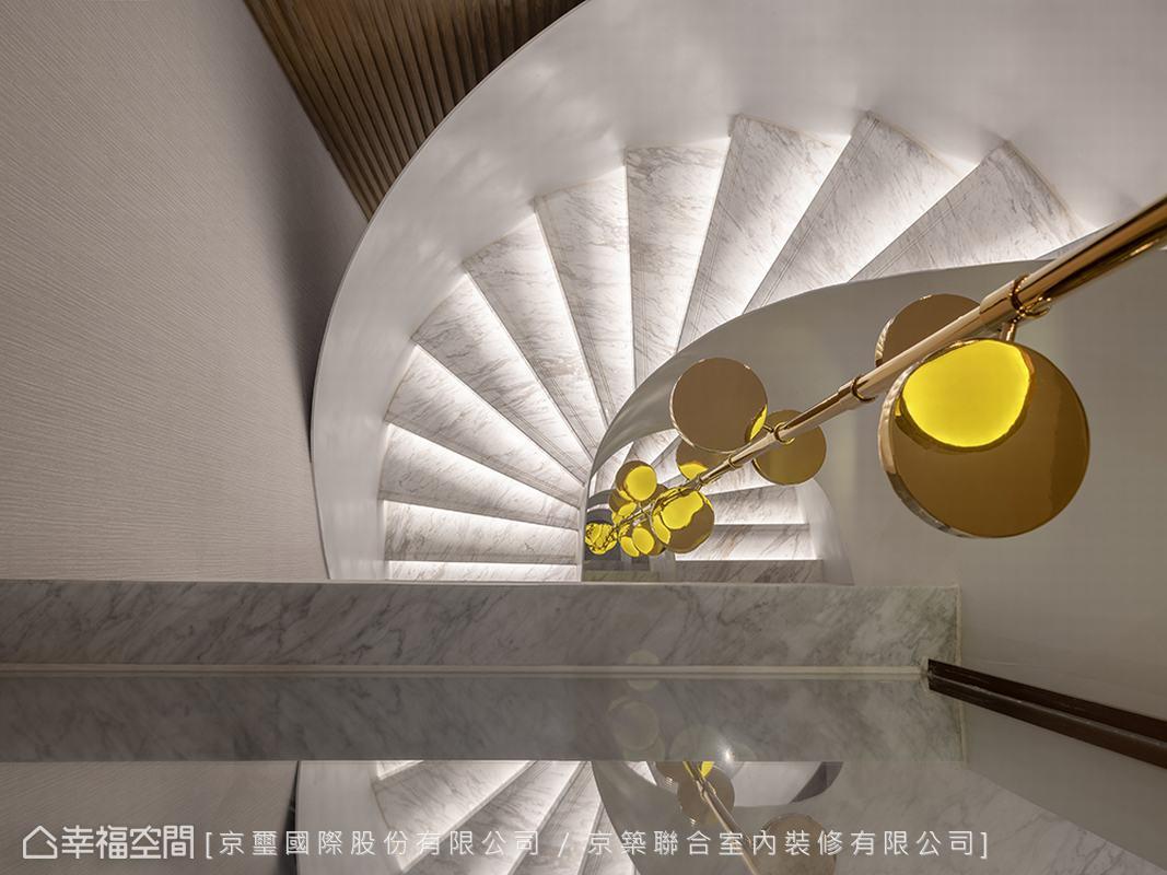 白淨的鋼烤扶手賦予旋轉樓梯現代簡潔語彙,並於踏階綴以間接光源,光影映照構圖之美。