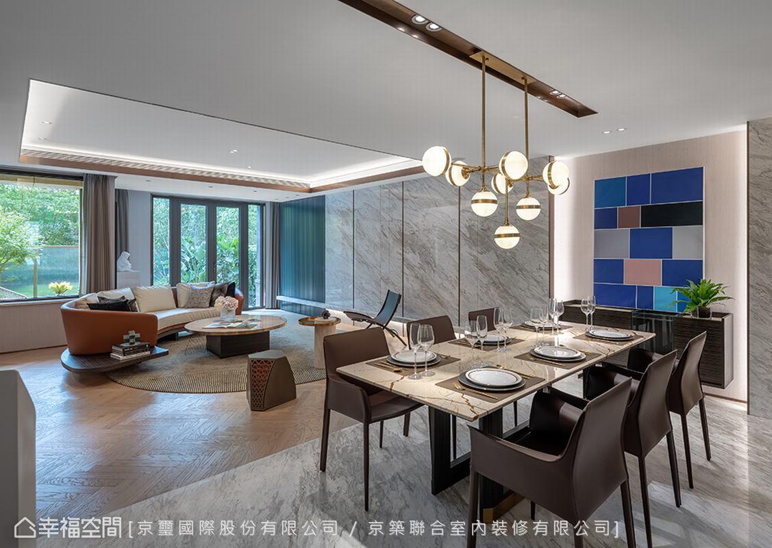 為破解狹長形屋況條件限制,藉由造型沙發與幾何編織地毯的圓弧線條,巧妙平衡空間視覺效果,烘托場域氣韻。