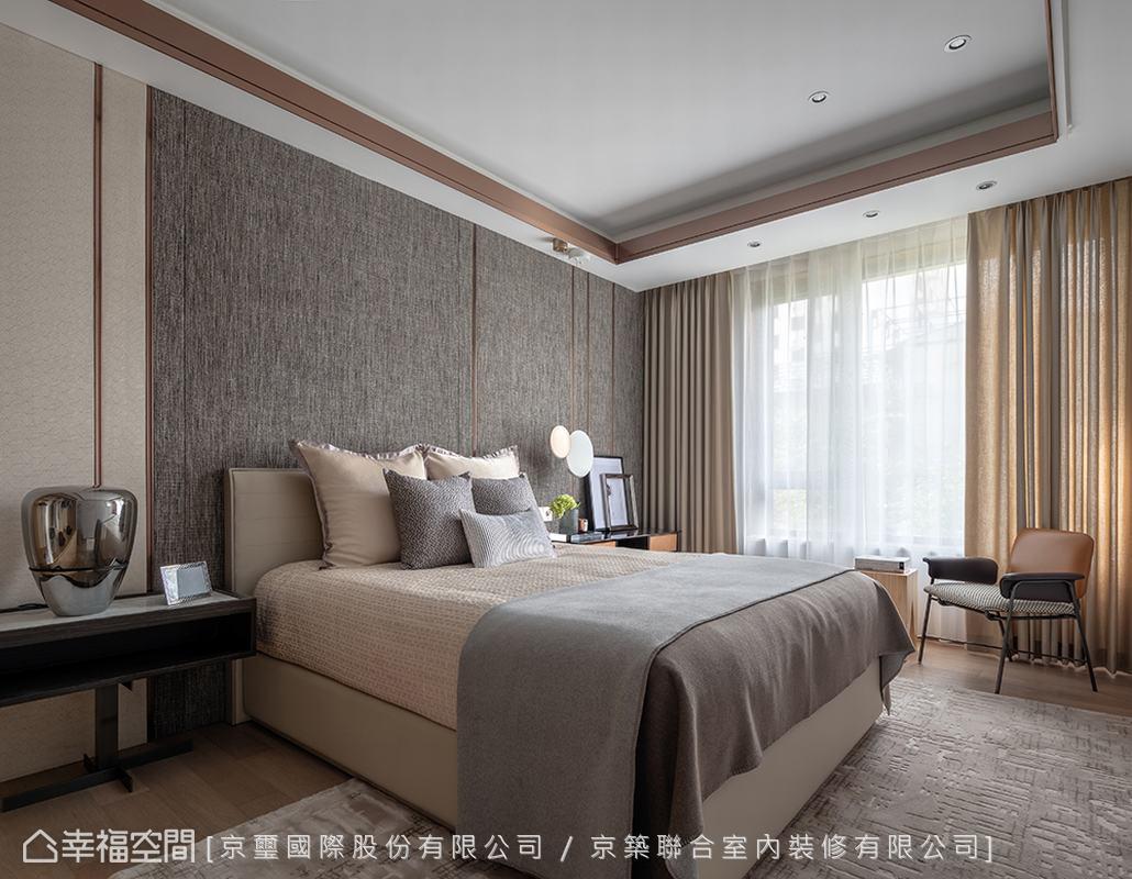 床頭主牆運用橫向鋪排的視覺設計,有效轉移空間短向尺度的弱點,並透過壁布的織品觸感與深淺色調搭配,給予空間適度的高雅沉穩質地。