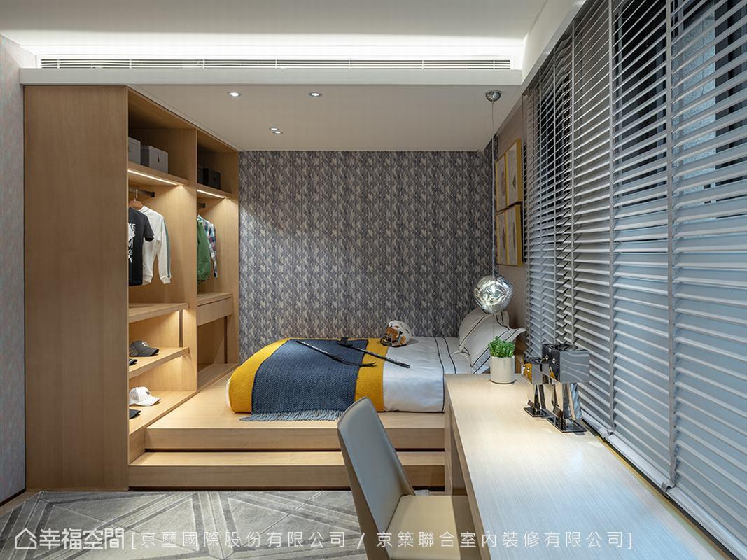 衣櫃與睡眠區整合於架高地坪,中央空間留白處理保留場域機能彈性;美學陳設上以主題壁紙、家具軟件的方便更動特性,可隨年紀適宜替換變化。