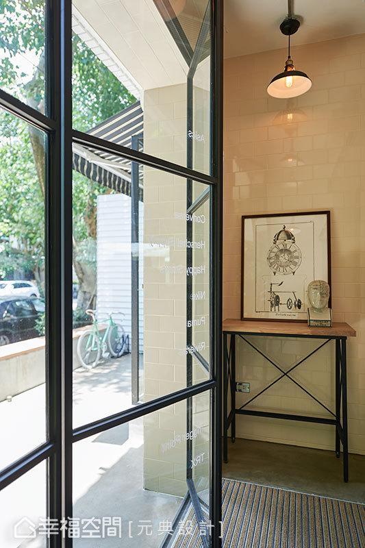 黑鐵框築的四片式連動摺門,可將門片完全收至牆面,不僅少了門片迴轉半徑的空間浪費,更能引入無死角的敞亮綠景。