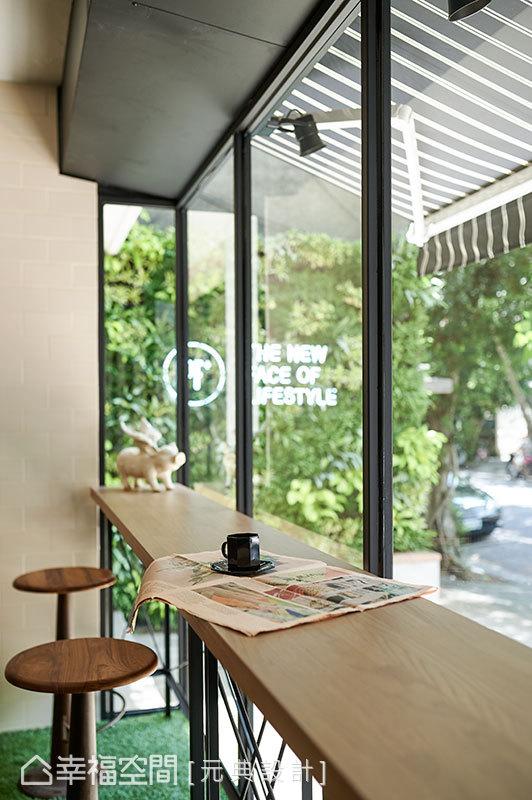 規劃於櫥窗邊的吧檯休憩區,讓上完課的學員可在此享用飲品、稍事休息。