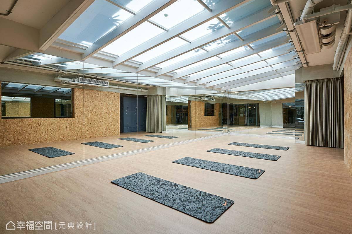 納入後花園場域增設的健身教室另加裝遮光罩,形塑半戶外的運動教室型態。