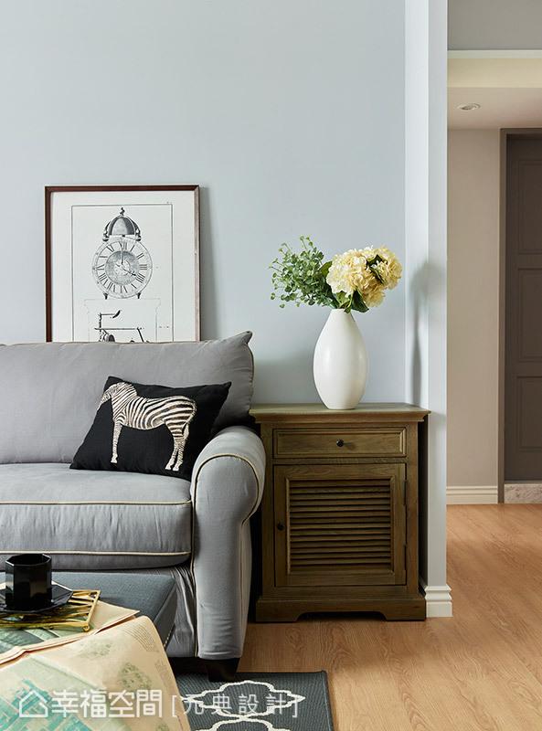 簡約的美式沙發,搭配仿舊的木質邊櫃,營造出些許迷人的懷舊氣息。