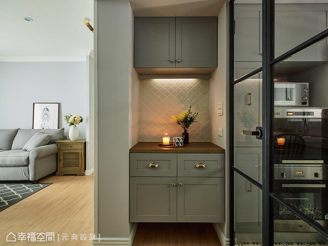 櫃體外觀加重灰色調比例,搭配金屬質感的門把,營造出雋永內斂的英式情調。