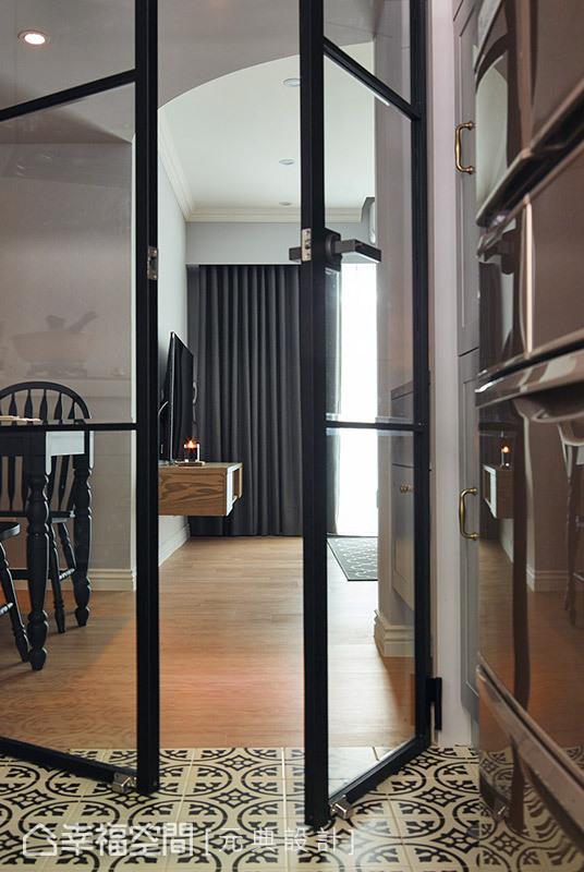 地坪採用圖騰花磚做鋪陳,與公領域做出分界;鐵件玻璃門片讓空間視覺保有穿透感。