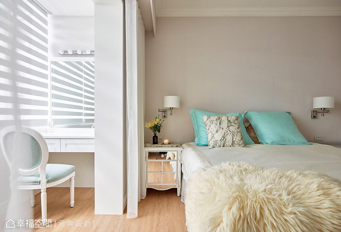 窗外灑落的陽光讓空間更顯純淨通透,床頭壁面選用淺卡其色,營造自然溫和的場域氛圍。