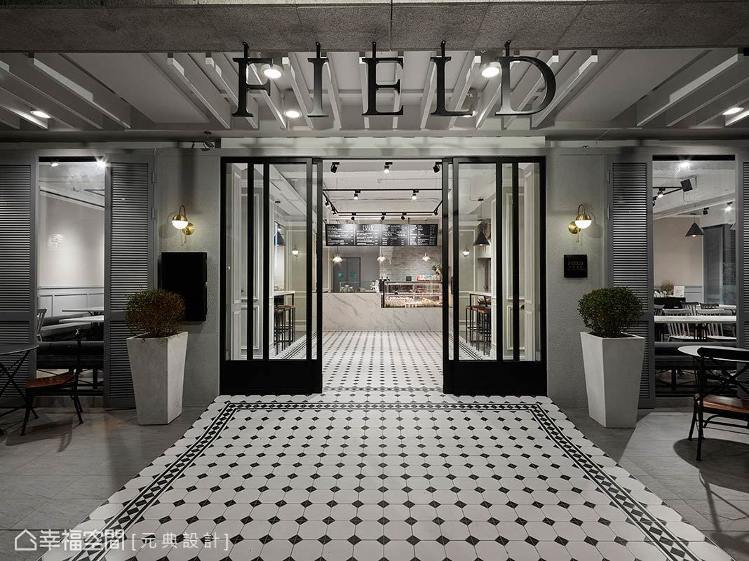 為改善餐廳過往的採光問題,元典設計以明亮色系及壁燈、重點式照明的調配,搭配大面開窗設計,替商業空間成功吸引過路人目光。