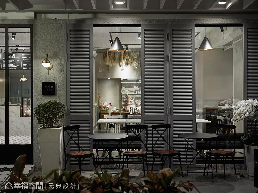 貼心於門口擺放簡單桌椅,讓等待的民眾有暫時休憩的地方,結合百葉門扇的妝點讓候位區也是打卡的熱門區域。