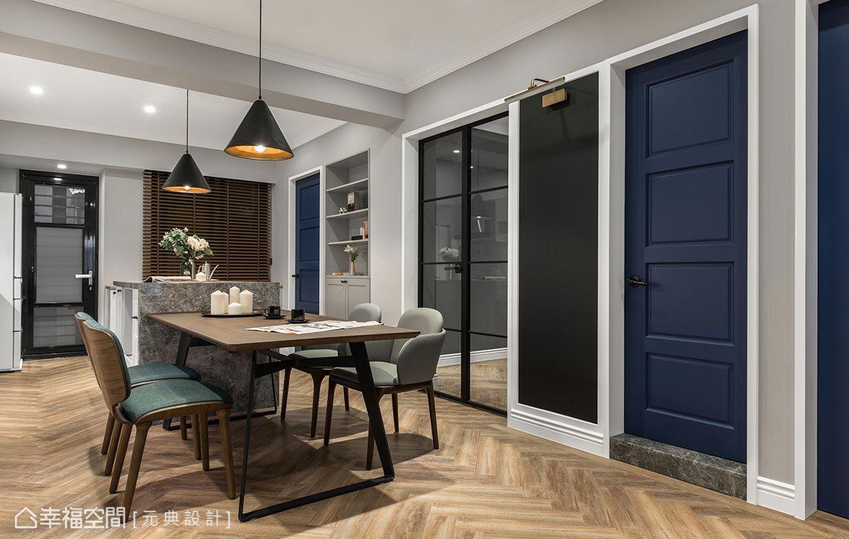 為發揮空間使用坪效,彭立元設計師於壁面規劃內嵌式展示櫃,更於壁面刷上黑板漆,方便屋主記事、溝通,豐富生活實用機能。
