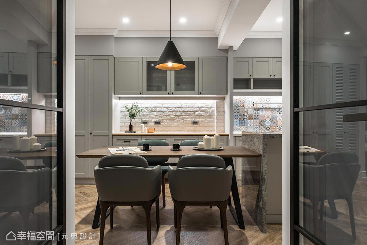 為使空間配置富有條理,將收納機能安排於同一側,櫃體皆以至頂設計,擴充居家儲物容量。
