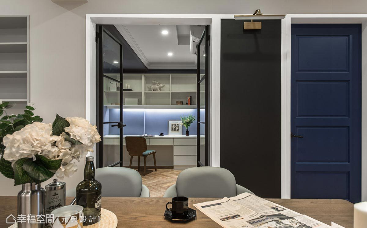 為延伸場域景深,書房使用清玻格子雙開門片設計,緩和長型屋況的壓迫感受。